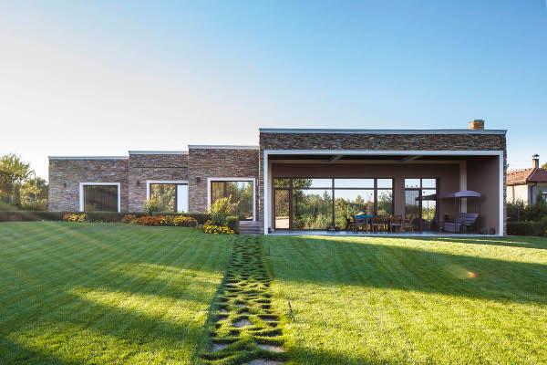 Почти нулевоенергийна къща в Добруджа се топли от слънцето и въздуха