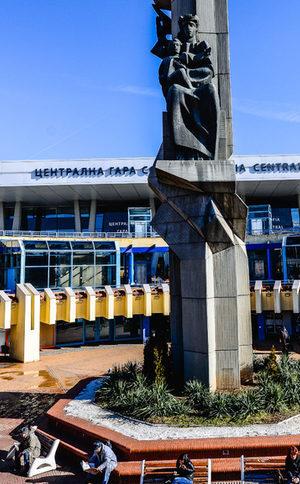 Проектът за ремонт пред Централна гара: Колите под земята, а баровете по покривите